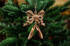 Juguete hermoso de la decoración del árbol de navidad bajo la forma de arco Fotos de archivo
