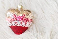 Juguete hermoso de la Navidad bajo la forma de corazón en un fondo blanco Año Nuevo Navidad Fondo de madera Imagen de archivo libre de regalías