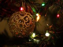 Juguete hermoso del árbol de navidad con las luces coloridas en el fondo Foto de archivo