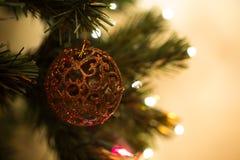 Juguete hermoso del árbol de navidad con las luces coloridas en el fondo Foto de archivo libre de regalías