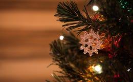 Juguete hermoso del árbol de navidad con las luces coloridas en el fondo Fotos de archivo libres de regalías