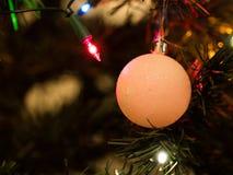 Juguete hermoso del árbol de navidad con las luces coloridas en el fondo Imagen de archivo