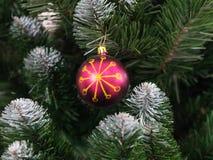 Juguete hermoso del árbol de navidad con las luces coloridas en el fondo Fotos de archivo
