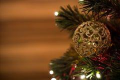 Juguete hermoso del árbol de navidad con las luces coloridas en el fondo Imagenes de archivo