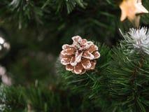 Juguete hermoso del árbol de navidad con las luces coloridas en el fondo Fotografía de archivo libre de regalías