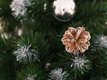 Juguete hermoso del árbol de navidad con las luces coloridas en el fondo Imágenes de archivo libres de regalías