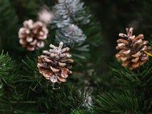 Juguete hermoso del árbol de navidad con las luces coloridas en el fondo Fotografía de archivo