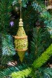 Juguete inusual hermoso del árbol de navidad en el cierre del árbol del Año Nuevo Foto de archivo