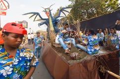 Juguete legendario del dragón que se mueve con la plataforma en la calle apretada durante el carnaval tradicional de Goa Fotos de archivo