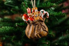 Juguete lindo de la decoración del árbol de navidad bajo la forma de bolso con los regalos Fotografía de archivo