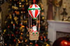 Juguete lindo de la decoración del árbol de navidad en la forma de Santa Claus Fotografía de archivo