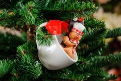Juguete lindo de la decoración del árbol de navidad en la taza de la forma con la galleta Imagen de archivo
