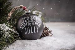 Juguete negro de la bola de la Navidad del vintage en el fondo gris con el espacio de la copia Fotos de archivo