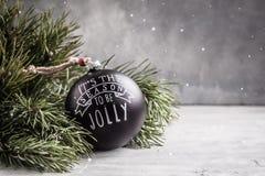 Juguete negro de la bola de la Navidad del vintage en el fondo gris con el espacio de la copia Foto de archivo