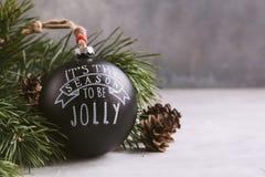 Juguete negro de la bola de la Navidad del vintage en el fondo gris con el espacio de la copia Imagenes de archivo