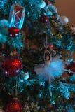 Juguete poca ejecución del ángel en un árbol de navidad imagen de archivo