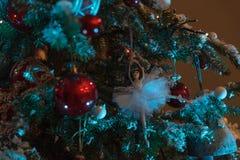Juguete poca ejecución del ángel en un árbol de navidad fotografía de archivo