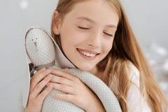 Juguete preferido del abarcamiento femenino feliz del joven Imagen de archivo