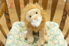 Juguete relleno del león en silla Imagen de archivo
