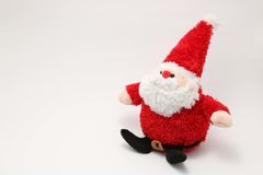 Juguete relleno lindo Santa Claus en el fondo blanco Imagenes de archivo