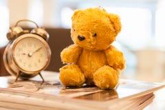 Juguete retro de Teddy Bear solamente con el reloj del alam Foto de archivo