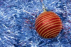 Juguete rojo de la Navidad con las rayas del oro en un primer azul del fondo Año Nuevo, fondo de la Navidad Fotos de archivo libres de regalías