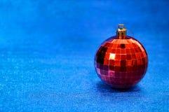 Juguete rojo de la Navidad en un primer azul del fondo Año Nuevo, fondo de la Navidad Fotos de archivo libres de regalías
