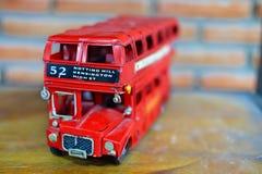 Juguete rojo del modelo del autobús de Londres del autobús de dos pisos Fotos de archivo libres de regalías