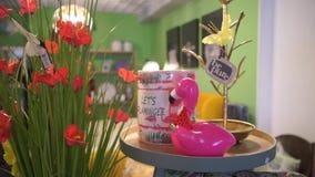 Juguete rosado del flamenco en una pequeña tabla almacen de metraje de vídeo