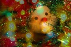 Juguete Santa Claus de la Navidad en una guirnalda brillante verde Imagen de archivo