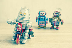 Juguete viejo del robot en la tabla de madera imagenes de archivo