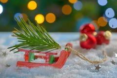 Juguete y árbol de navidad rojos del trineo Foto de archivo