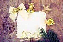 Juguete y documento del oro de la Navidad sobre viejo fondo de madera Toni retro Imagen de archivo