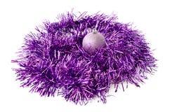 Juguete y malla púrpuras de la Navidad Foto de archivo