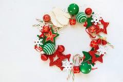 Juguetes blancos rojos del día de fiesta de la guirnalda de la Feliz Navidad Imagen de archivo libre de regalías