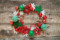 Juguetes blancos rojos del día de fiesta de la guirnalda de la Feliz Navidad Foto de archivo libre de regalías