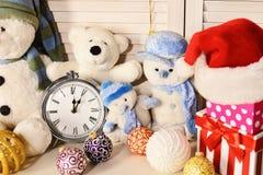 Juguetes colocados en fondo de madera de la pared Muñecos de nieve y osos de peluche foto de archivo