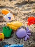 Juguetes coloridos de la playa en la playa Fotografía de archivo
