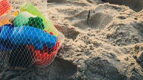 Juguetes coloridos de la playa en la playa fotos de archivo libres de regalías