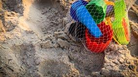 Juguetes coloridos de la playa en la playa foto de archivo
