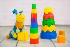 Juguetes coloridos del bebé en fondo de madera Fotos de archivo libres de regalías