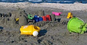 Juguetes coloridos en la arena Fotos de archivo