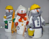 Juguetes con propias manos, trabajo, juguetes con propias manos, trabajo, costura, personaje del invierno, acercamiento creativo, foto de archivo