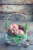 Juguetes, conos y nueces de la Navidad en la cesta Fotos de archivo