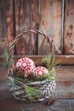 Juguetes, conos y nueces de la Navidad en la cesta Fotografía de archivo