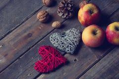 Juguetes, conos y nueces en forma de corazón hermosos en el bro maravilloso Fotos de archivo