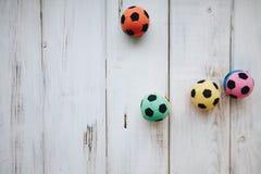 Juguetes de goma coloreados de la bola para los animales domésticos fotografía de archivo