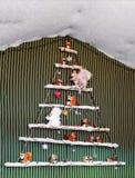 Juguetes de la ardilla en el árbol de navidad moderno adornado Fotografía de archivo