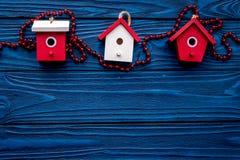 Juguetes de la casa para adornar el árbol de navidad para la celebración del Año Nuevo en maqueta de madera azul del veiw del top Fotografía de archivo libre de regalías