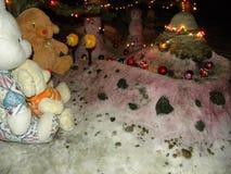 Juguetes de la felpa en la nieve Fotografía de archivo